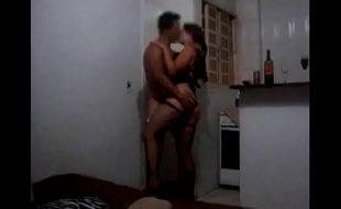 Esposa rabuda de corno com amante se beijando